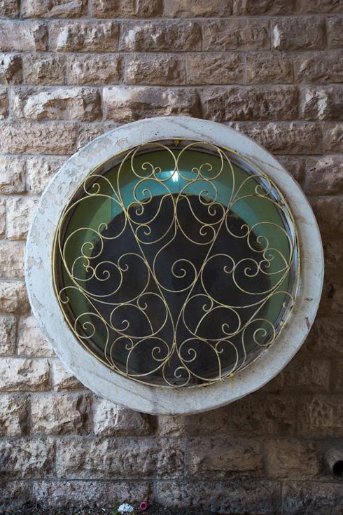 חלון וסורגים במתחם (צילום: דור נבו)