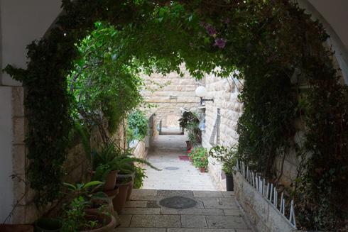 חצר פנימית בגילה. השפעות העיר העתיקה ניכרות (צילום: דור נבו)