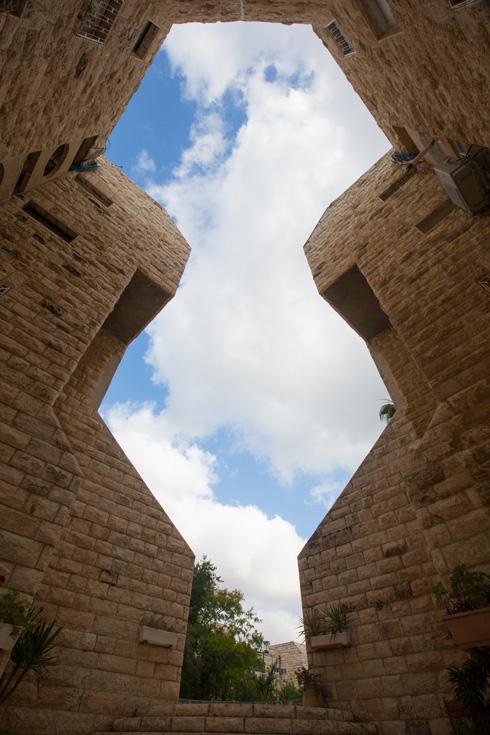 הרשמן הושפע מהשכונות הוותיקות בירושלים, עם המתחמים הסגורים ששערים משמשים להם כדלתות כניסה (צילום: דור נבו)