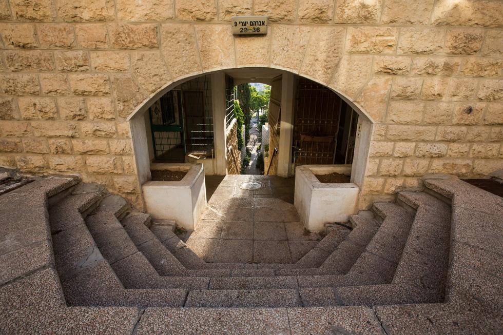 המתחם שתכנן האדריכל רם כרמי. הרעיונות שנשאבו ממזרח ירושלים, אחרי מלחמת ששת הימים, מופיעים ברחבי השכונה: קשתות, סמטאות צרות, וכניסה להולכי רגל בלבד (צילום: דור נבו)