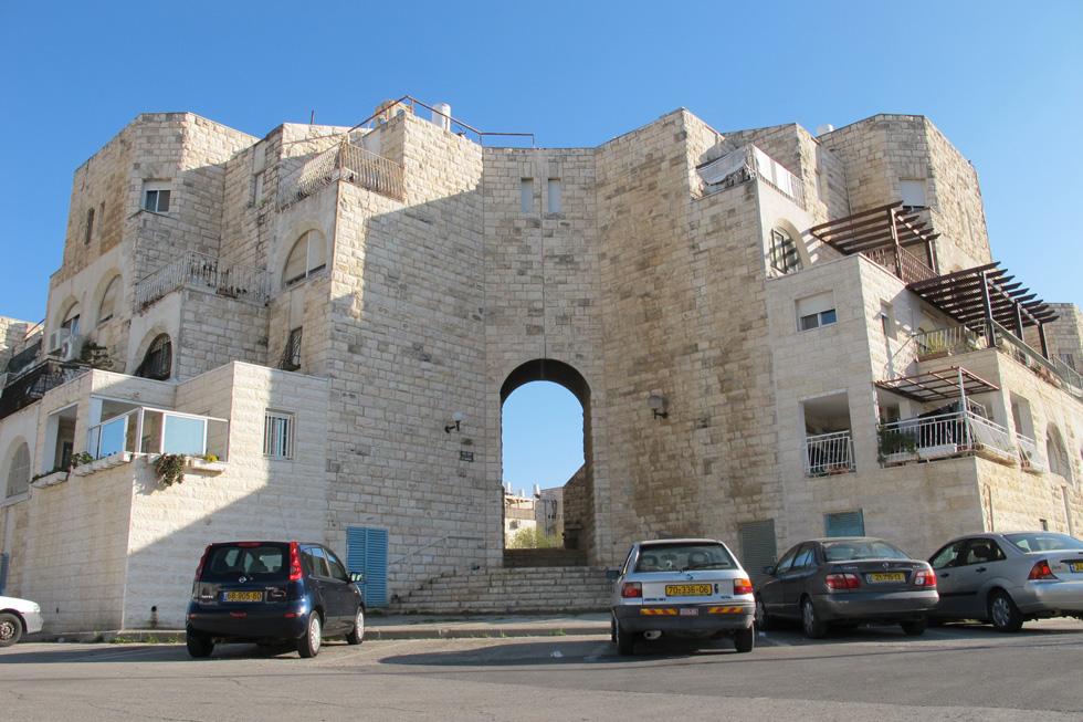 המבנן המזוהה ביותר עם גילה, ברחוב לשם. האדריכל סלו הרשמן יצר סדרה של שערים גבוהים, הסוגרים על שלושה אשכולות  (צילום: דור נבו)