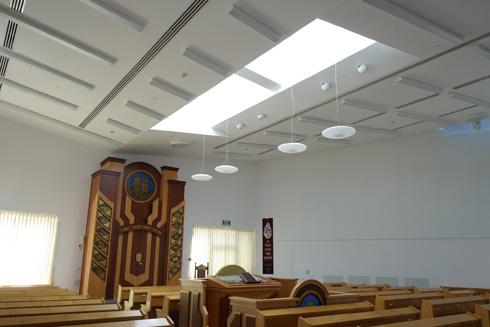 בבית הכנסת של גן אור, המתפללים החליטו להוסיף וילונות בניגוד לתכנון המקורי (צילום: מיכאל יעקובסון)