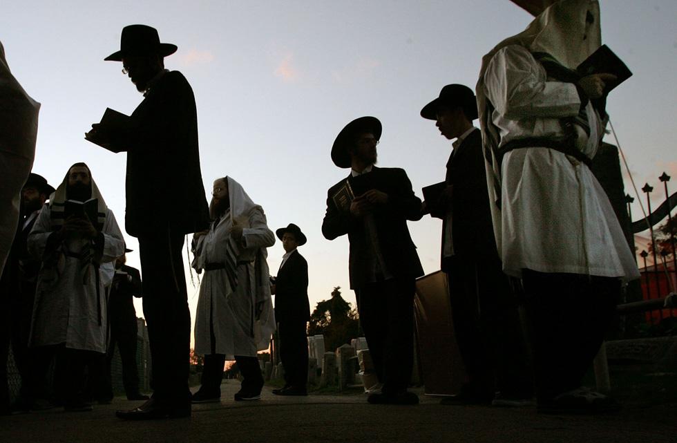 תפילת יום כיפור ליד קבר הרבי מלובביץ' בניו יורק. הטקסט מופיע בתפילותיהן של קהילות יהודיות רבות, אשכנזיות וספרדיות כאחת (צילום: Gettyimages)