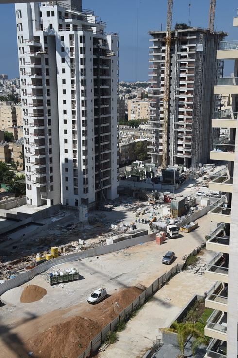 כאן תהיה שדרה, בין המגדלים הנבנים במרכז חולון (צילום: יאיר שגיא)