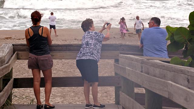 ומצלמים את הגלים (צילום: MCT)