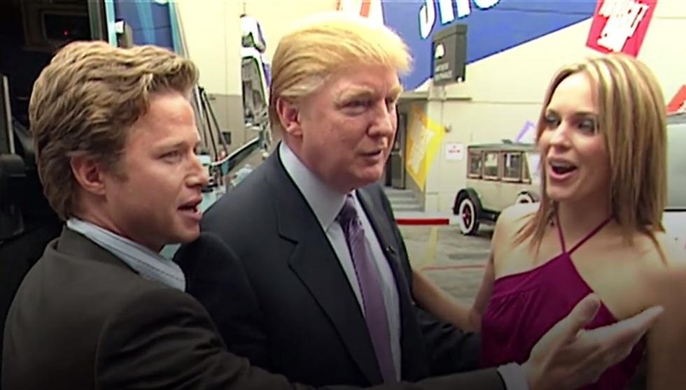 """""""הבחורה שלך לוהטת בסגול"""". טראמפ, בילי בוש ואריאן זוקר על הסט של """"ימי חיינו"""" (צילום מסך)"""