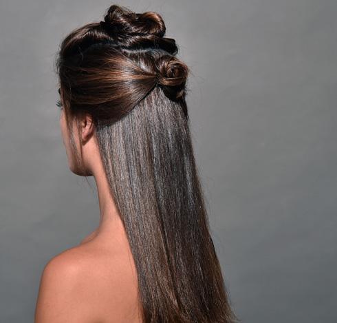 בהמשך - לחלק את השיער לשלושה חלקים (צילום: איתן טל)