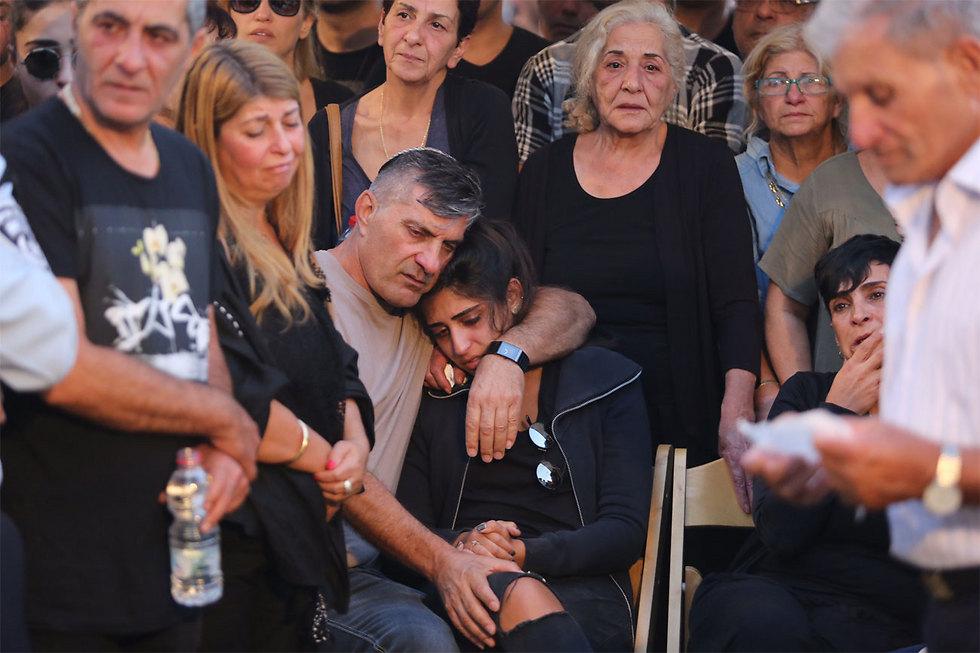 אביו של יוסי קירמה, עוזי, מחבק את האלמנה נוי  (צילום: גיל יוחנן) (צילום: גיל יוחנן)