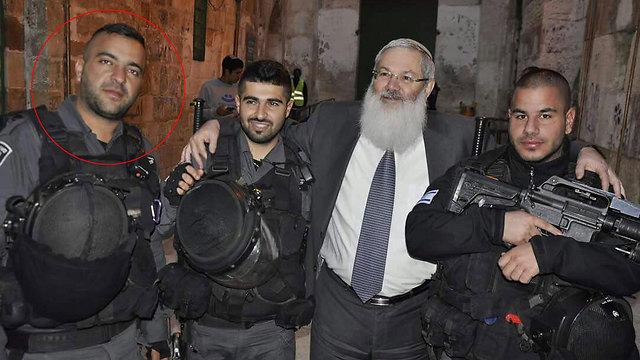 יוסי קירמה (משמאל), בזמן ביקר סגן השר בן דהן בכותל בדצמבר 2014 ()
