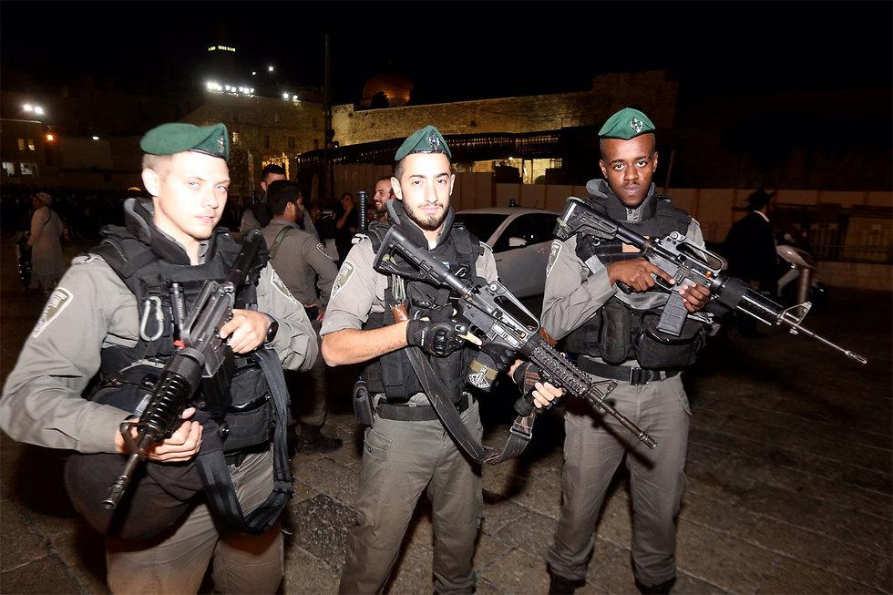 Police prepare for the night of 'Slihot' (Photo: Gil Yohanan)