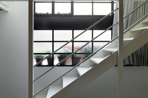 כאן מדרגות הברזל נצבעו לבן (צילום: גדעון לוין)