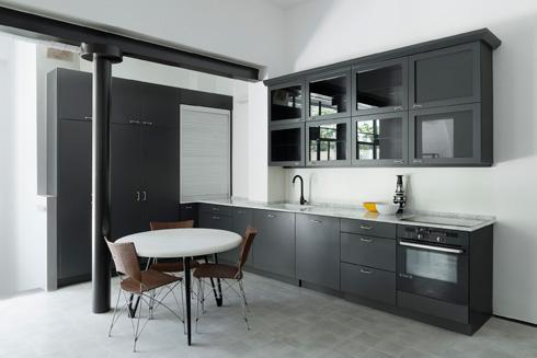 המטבח לא גדול, ומאופין באלמנטים שחורים (צילום: גדעון לוין)