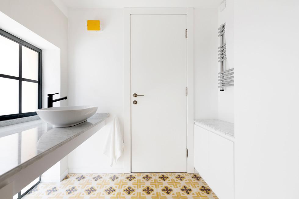 חלון המשכי לשתי הקומות נמצא גם בחדר הרחצה, והודות לחלוקה שלו ולזכוכית החלבית, המתבונן מבחוץ לא יכול לנחש למה הוא משמש (צילום: גדעון לוין)