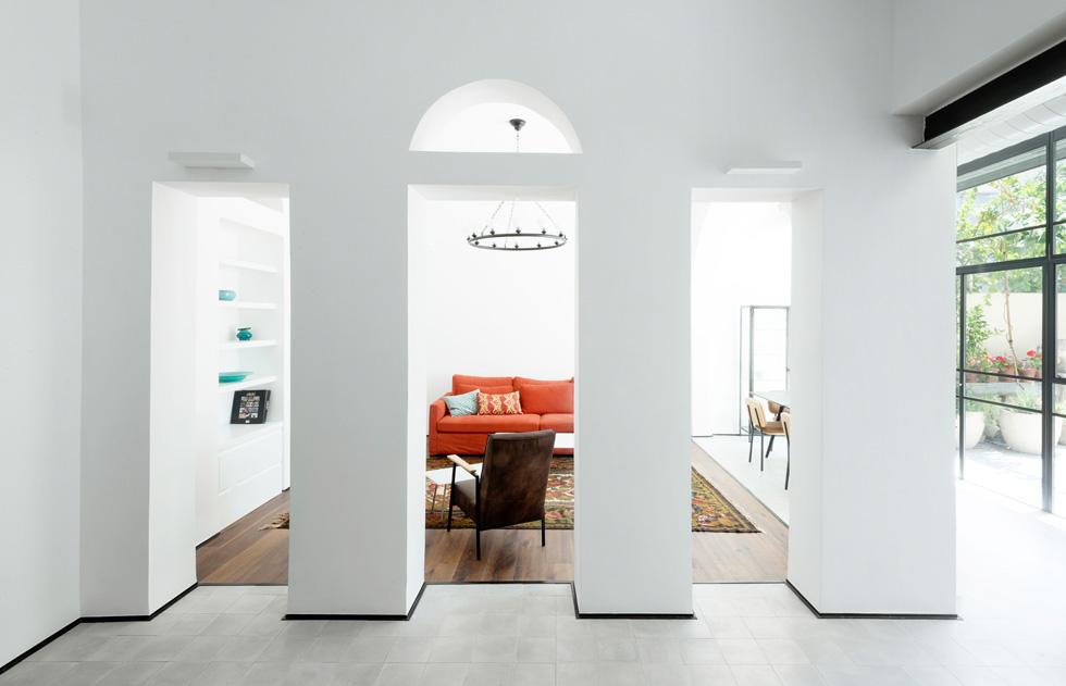 האדריכל בחר להשקיט את החומריות ולהבליט את הצורה: הכל נצבע בלבן, מלבד עמוד אחד בכניסה, שנותר חשוף (צילום: גדעון לוין)