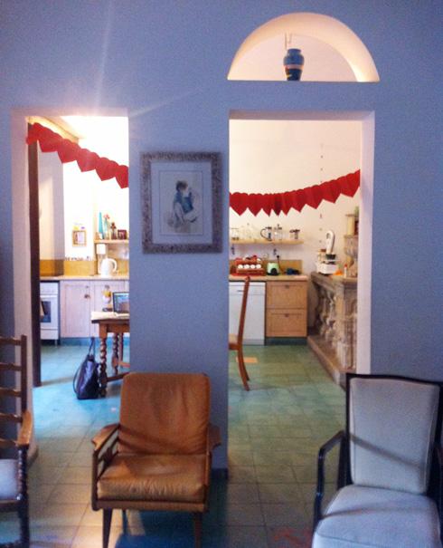מבט אל המטבח, לפני השיפוץ (צילום: יונתן קנטי)