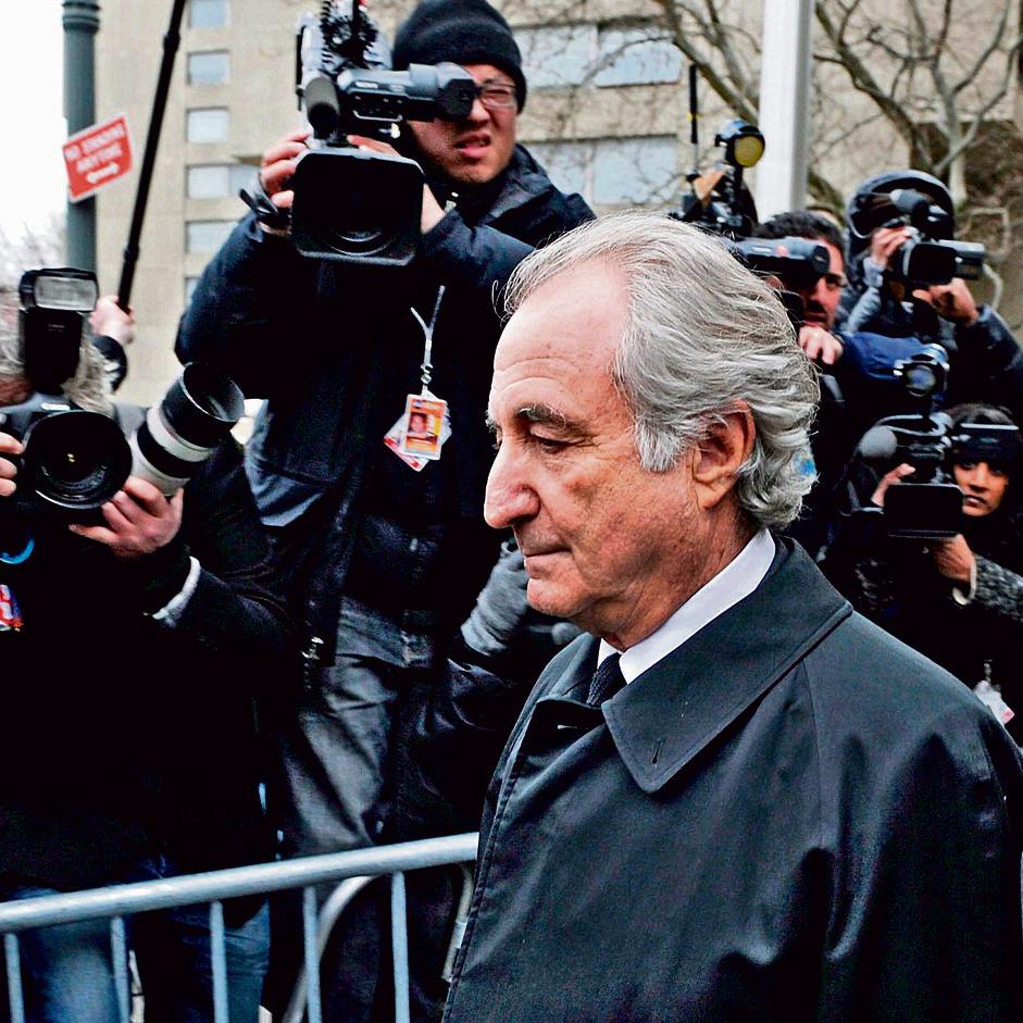 מיידוף ביציאה מבית המשפט בניו־יורק, 2009   צילום: אי־פי־אי