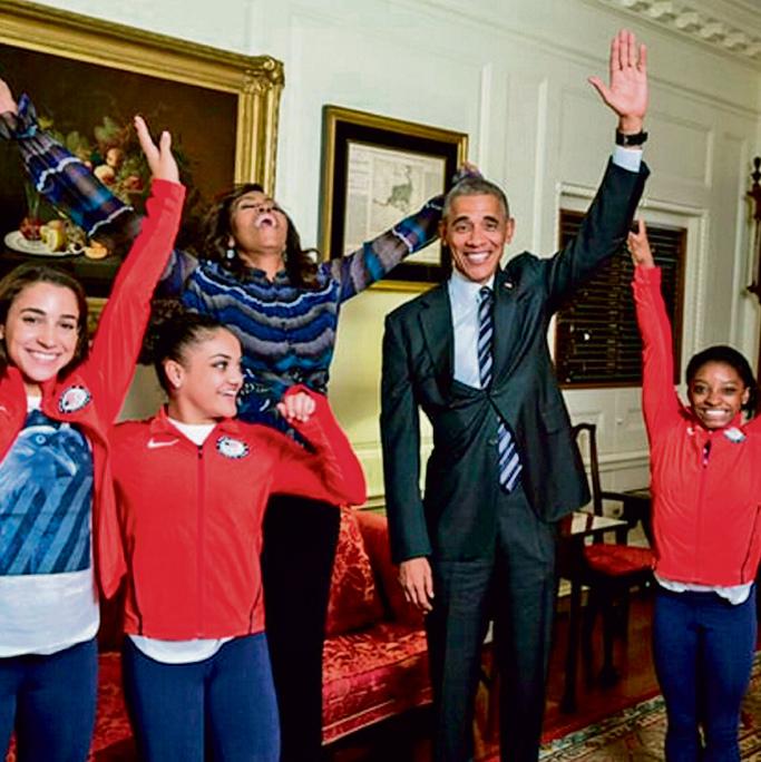 הנשיא ברק אובמה עם המתעמלות