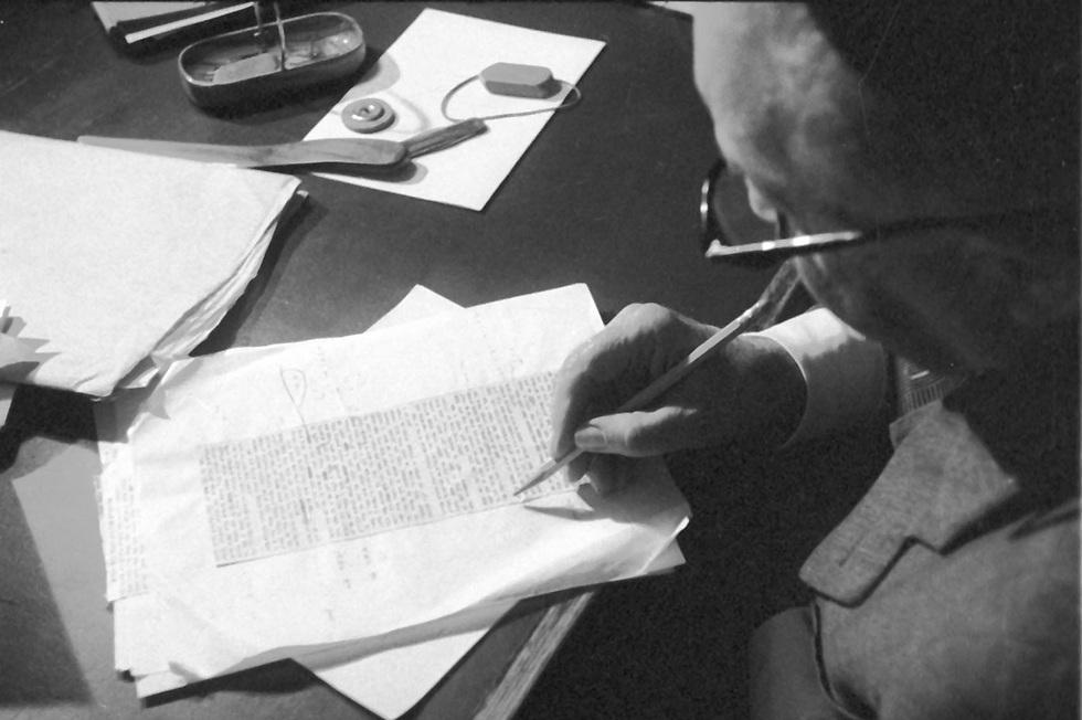 """ש""""י עגנון לאחר קבלת ההודעה על זכייתו בפרס נובל לספרות. אוקטובר 1966 (צילום: דן הדני, מתוך אוסף IPPA, הספרייה הלאומית) (צילום: דן הדני, מתוך אוסף IPPA, הספרייה הלאומית)"""