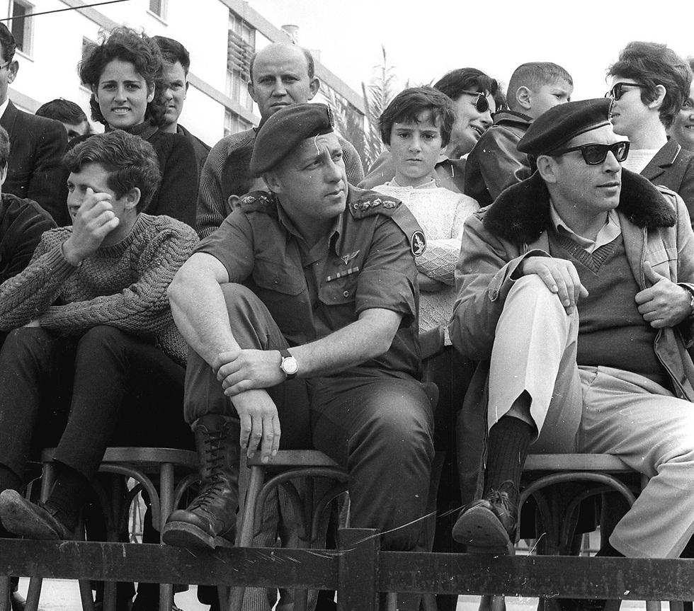 """אל""""מ אריאל שרון והאלוף רחבעם זאבי בצעדת ארבעת הימים. 1966 (צילום: דן הדני, מתוך אוסף IPPA, הספרייה הלאומית) (צילום: דן הדני, מתוך אוסף IPPA, הספרייה הלאומית)"""