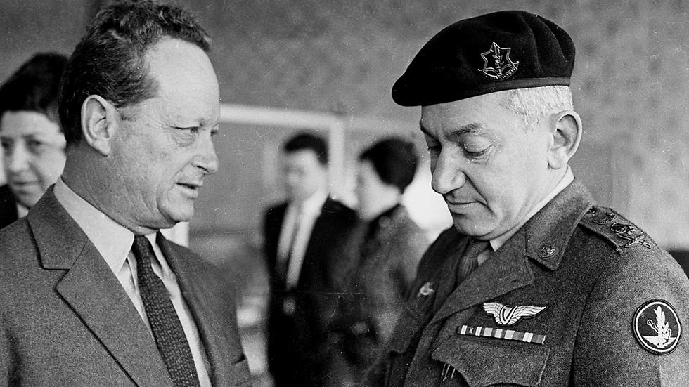 יגאל אלון וחיים ברלב. ינואר 1968 (צילום: דן הדני, מתוך אוסף IPPA, הספרייה הלאומית) (צילום: דן הדני, מתוך אוסף IPPA, הספרייה הלאומית)
