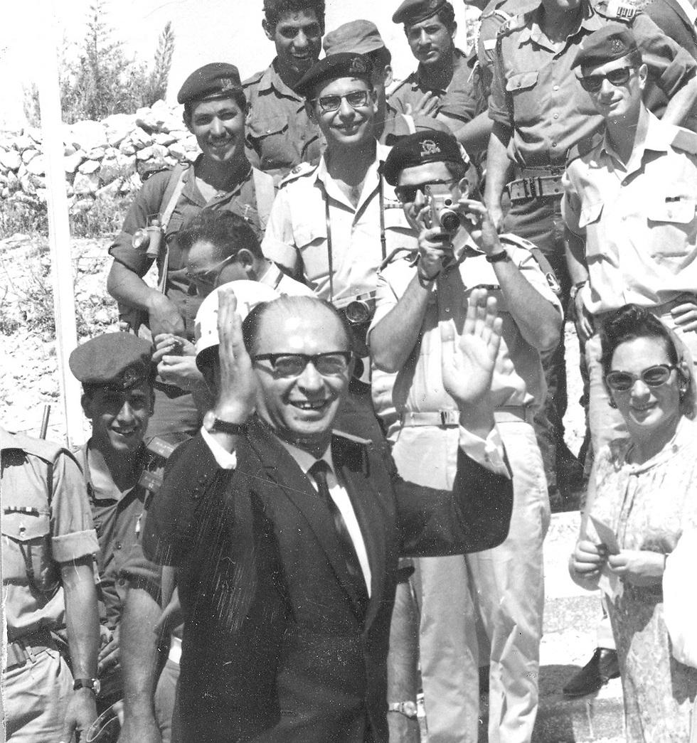 מנחם בגין במהלך המצעד הצבאי ב-1968 בירושלים (צילום: דן הדני, מתוך אוסף IPPA, הספרייה הלאומית) (צילום: דן הדני, מתוך אוסף IPPA, הספרייה הלאומית)