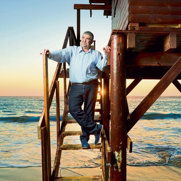 """בחוף של בת־ים. """"היום אני חי בנחת, הולך לים, מטייל, מבלה עם המשפחה. אי־אפשר לנסוע חיים שלמים על 120 """""""