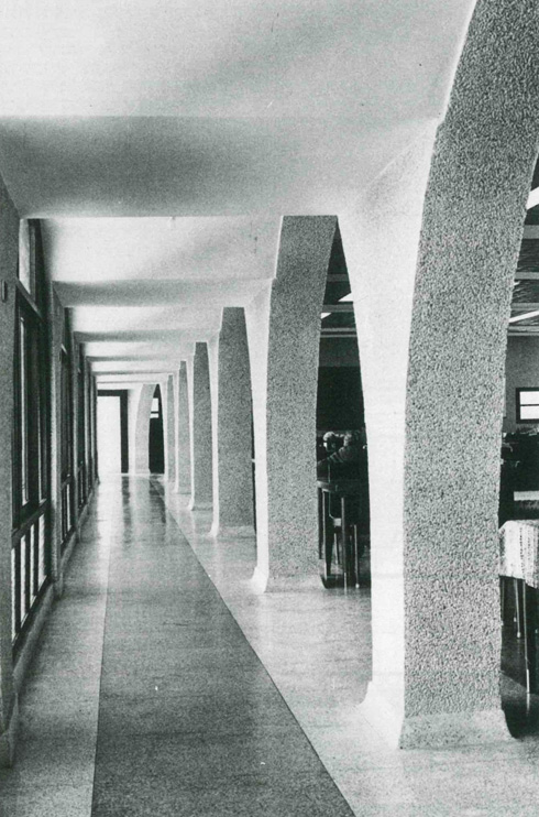 אכסדרת קשתות בחדר האוכל של רוחמה, בצילום היסטורי (צילום: באדיבות 'ארכיון קיבוץ רוחמה')