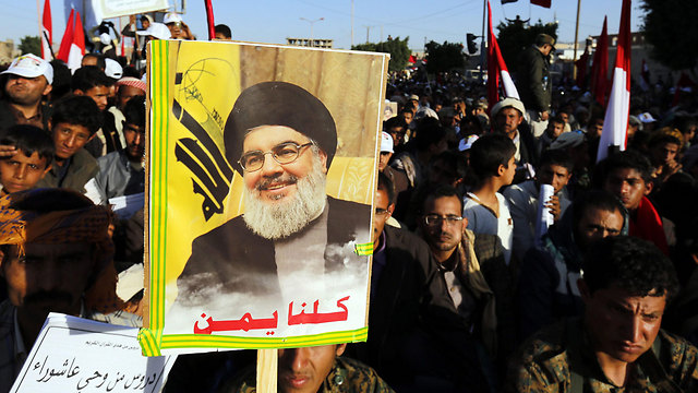 Both Shiite movements have similar goals. Houthis supporters celebrate the Day of Ashura with a picture of Nasrallah (Photo: EPA)