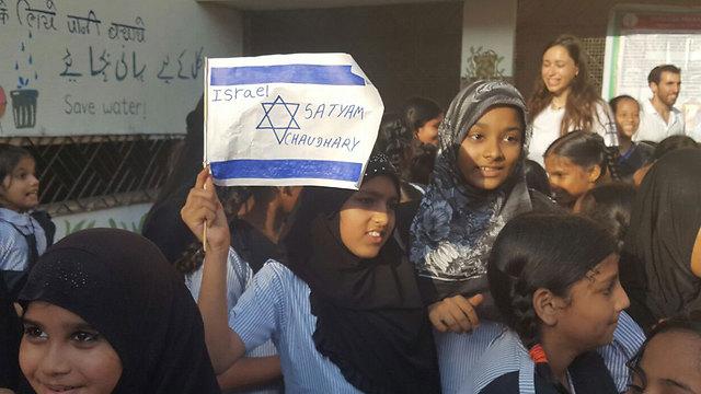 הילדים המוסלמים במובאי עם דגל ישראל