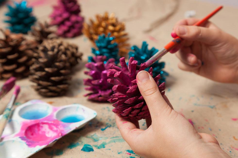 במקום שרשראות נייר, אפשר ללקט אצטרובלים שנשרו מהעץ, לצבוע אותם במגוון צבעים ולהעביר דרכם חוט (צילום: shutterstock)