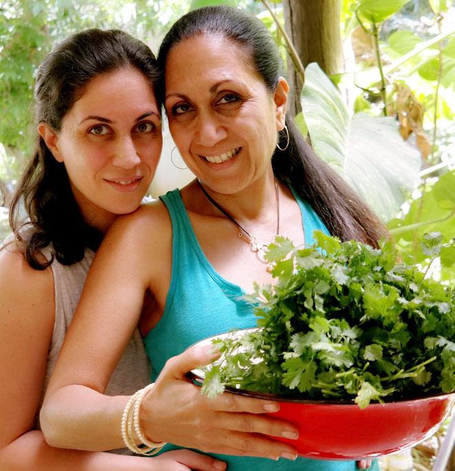 """כץ עם בתה גל. """"האוכל ההודי נעשה חלק מהבית שלנו"""" (צילום: נגה שנער-שויער)"""