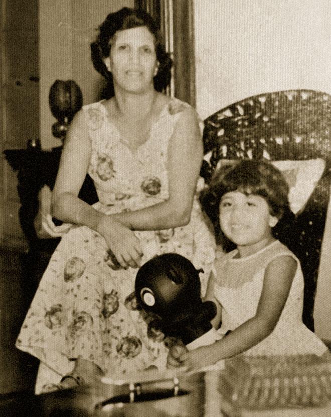 """בילדותה, עם אמה גרג'י. """"היא הייתה בשבילי כמו אלוהים, כמו מלאך"""" (צילום: מתוך אלבום פרטי)"""