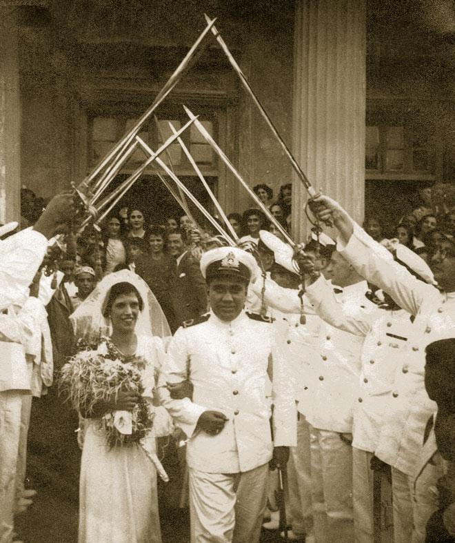"""נישואי ההורים. """"חתונה מפוארת, שבה נכחו הקצינים הבכירים ששירתו עם אבי"""" (צילום: מתוך אלבום פרטי)"""