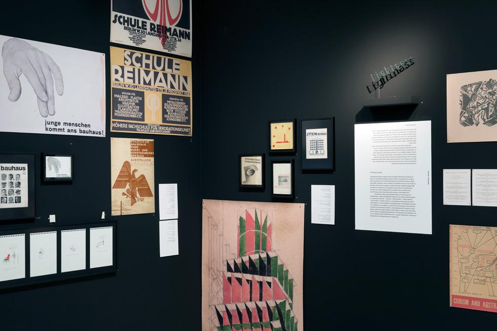 גם עיצוב גרפי היה חלק בולט בעשייה, ובפרט שראשי בית הספר הכירו בחשיבותו של מיתוג כבר אז (צילום: גדעון לוין)