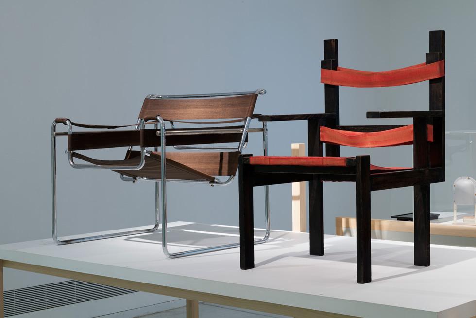 ועוד שני כיסאות מפורסמים. בעוד שהשאיפה הייתה לייצר בזול כדי להנגיש את העיצוב לכולם - היום הפריטים המקוריים האלה יקרים מאוד (אבל יש חיקויים למכביר) (צילום: גדעון לוין)
