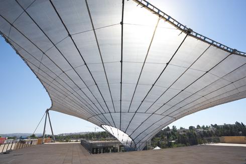 הבד המתוח מתוך החצר למעלה. היצרנית עשתה את הקירוי לאצטדיון האולימפי בריו דה ז'ניירו בקיץ האחרון (צילום: ארדון בר חמא)