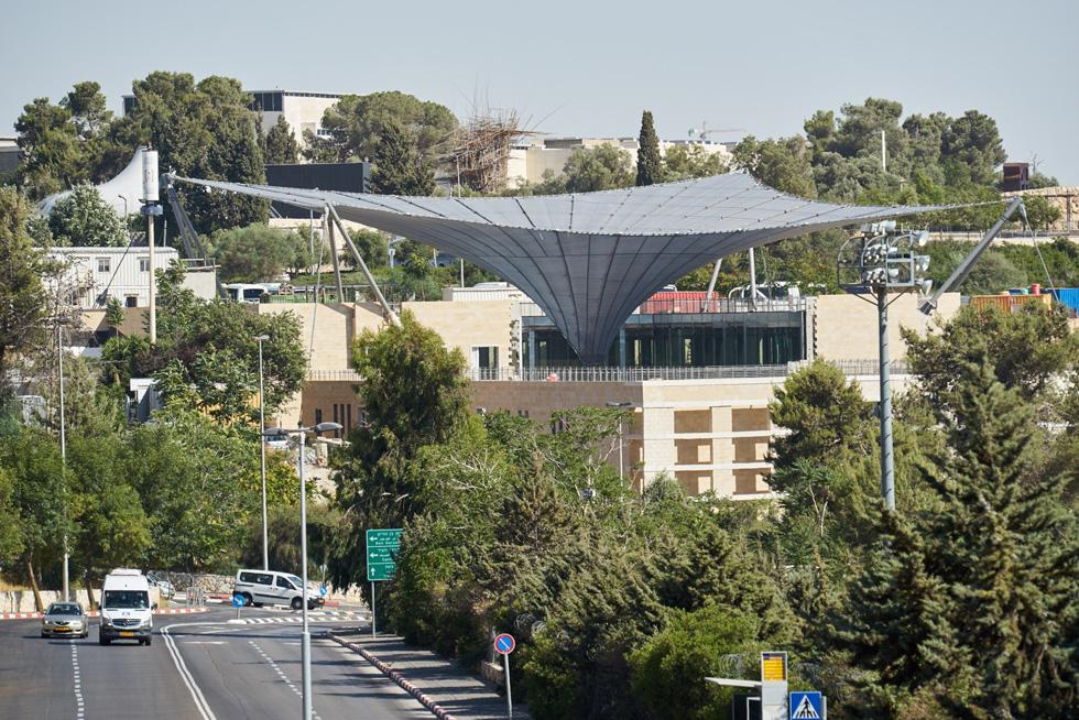 בניין רשות העתיקות שוכן ליד חניון מוזיאון ישראל. כדי לנצל את המגרש התלול, נחצב מדרון ההר לעומק 9 קומות (צילום: ארדון בר חמא)