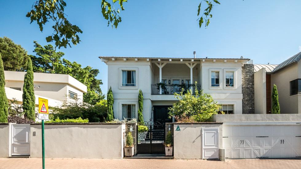 """הבית: 400 מ""""ר בנויים על שטח של 550 מ""""ר. שלושה מפלסים עם ארבעה חדרי שינה (צילום: איתי סיקולסקי)"""