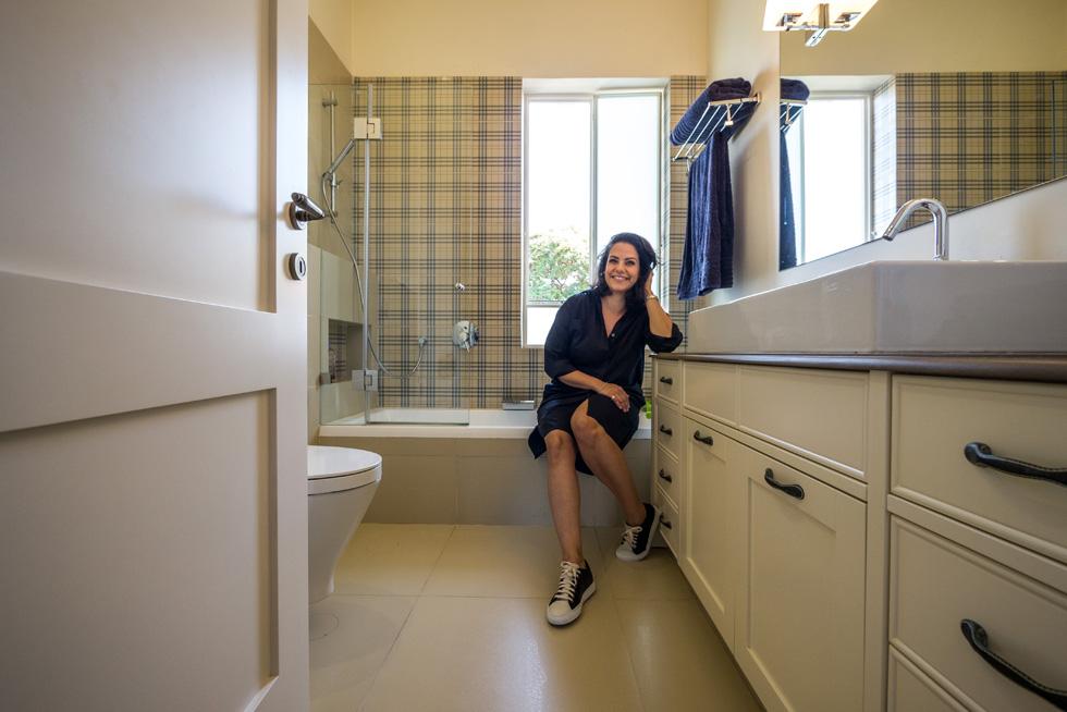 """""""ידעתי מה אני רוצה ומה אני צריכה מהבית"""". יעל ודש בחדר האמבטיה (צילום: איתי סיקולסקי)"""