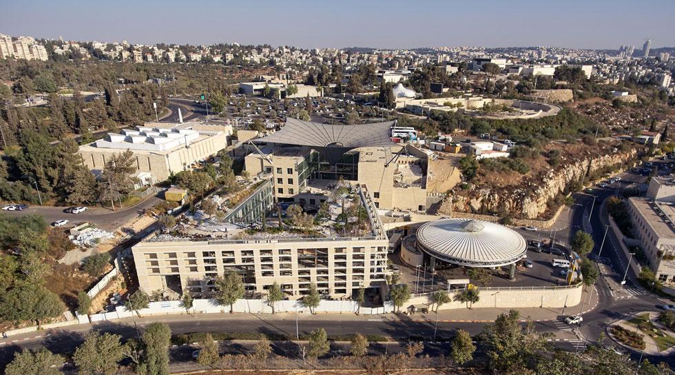 האדריכל משה ספדיה החליט שלא לנסות להבליט את הבניין בנוף. האלמנט היחיד שמתבלט הוא אוהל הבד הגדול במרכז החצר (צילום: ארדון בר חמא)