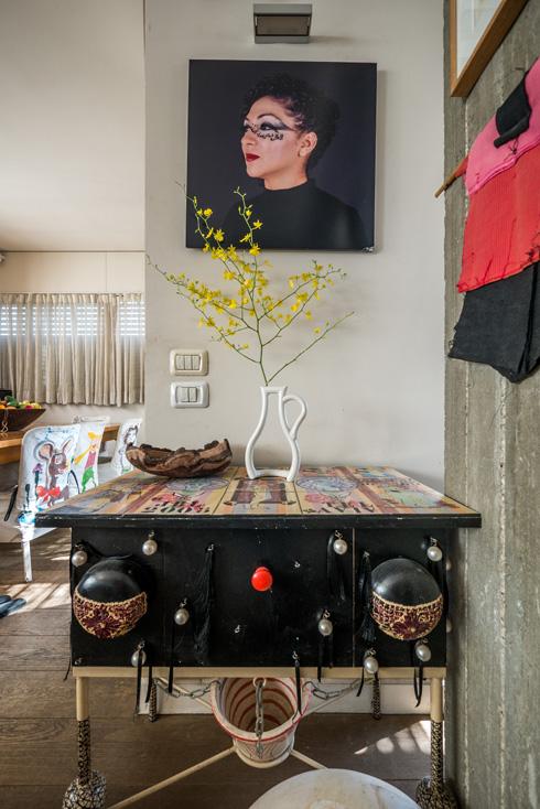 """""""זה אוסף שהחל עם אמנים גברים כמו רפי לביא, משה גרשוני, פנחס כהן גן, ועבר לאוסף של אמניות נשים עם ערכים פמיניסטיים-פוליטיים"""". עבודה של האמנית אניסה אשקר  (צילום: איתי סיקולסקי)"""