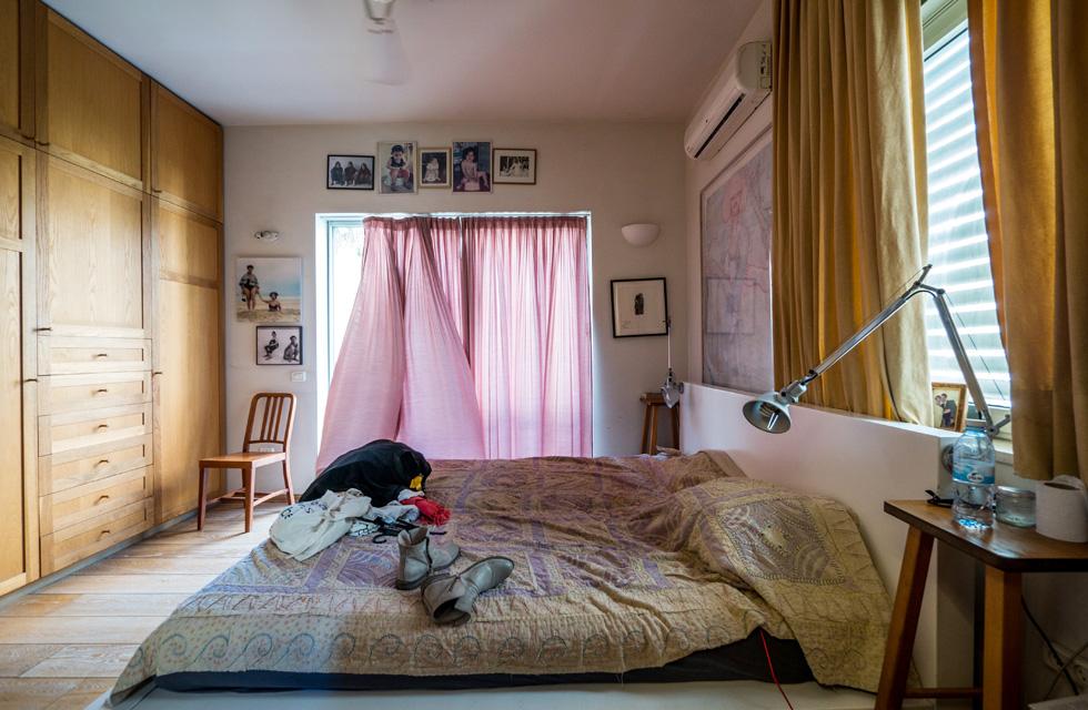 """""""יש לי ארון גדול בחדר השינה, וזה דווקא טוב, כי זה גורם לי לנקות ולפנות כל הזמן את המלתחה"""" (צילום: איתי סיקולסקי)"""