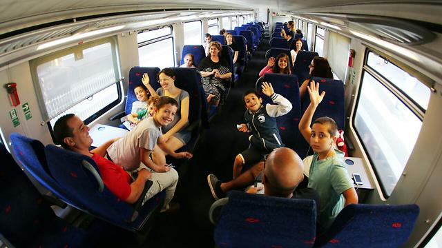 נוסעים ראשונים ברכבת העמק (צילום:  גיל נחושתן) (צילום:  גיל נחושתן)