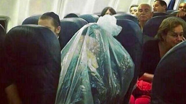 תיעוד מ-2013: חרדי התעטף בשקית בגלל טיסה מעל בית עלמין  (צילום: מתוך ניו יורק דיילי ניוז)