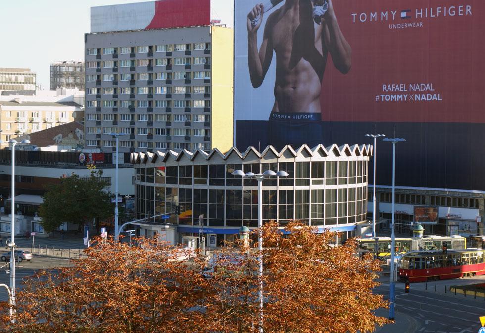 בבניין העגול, שנראה כמו מועדון הקולוסאום בתל אביב, לא רוקדים אלא עוסקים בכסף. זהו סניף של בנק שתכנן האדריכל הפולני יז'י יעקובוביץ. מעת השלמתו ב-1966 הפך המבנה לנקודת ציון עירונית (צילום: מיכאל יעקובסון)