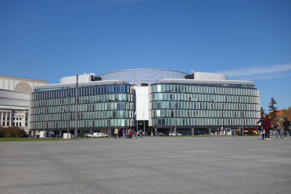"""בניין המשרדים """"מטרופוליטן"""", שתכנן האדריכל האנגלי נורמן פוסטר. בעבר ניצב במקום ארמון מלכי פולין ולאחר מכן בניין המטכ""""ל של צבא פולין. נורמן עיצב בניין עכשווי – צורנית וחומרית (צילום: מיכאל יעקובסון)"""