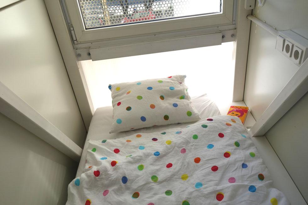 פינת השינה בבית אתגר קרת. ביקוש מטורף לשהות בבית (צילום: מיכאל יעקובסון)