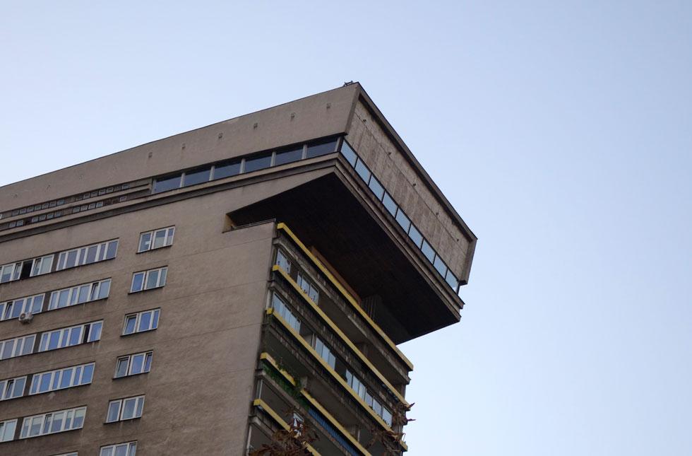 הקומה העליונה הבולטת במגדל הפטיש, שתכנן יאן בוגוסלאבסקי, מבכירי האדריכלים הפולנים במאה שעברה. זהו מגדל מגורים בן 19 קומות, המעוצב בסגנון ברוטליסטי שיכול להיות ממותג כאן כסמל לדיכוי (צילום: מיכאל יעקובסון)