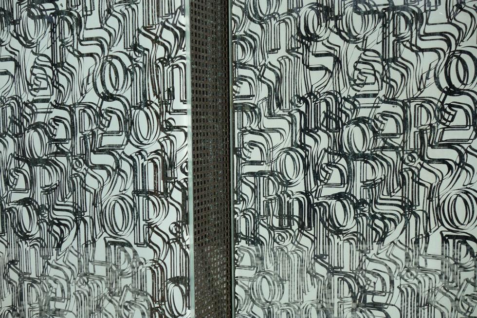 """המלה ''פולין'' בשילוב אותיות עבריות ואנגליות על לוחות הזכוכית, שעצבה קלמנטינה ינקוביץ', לחזיתות מוזיאון """"פולין"""" לתולדות היהודים. המוזיאון, שנפתח ב-2013, מציג את תרומתה של הקהילה היהודית, והפך לאטרקציה (צילום: מיכאל יעקובסון)"""