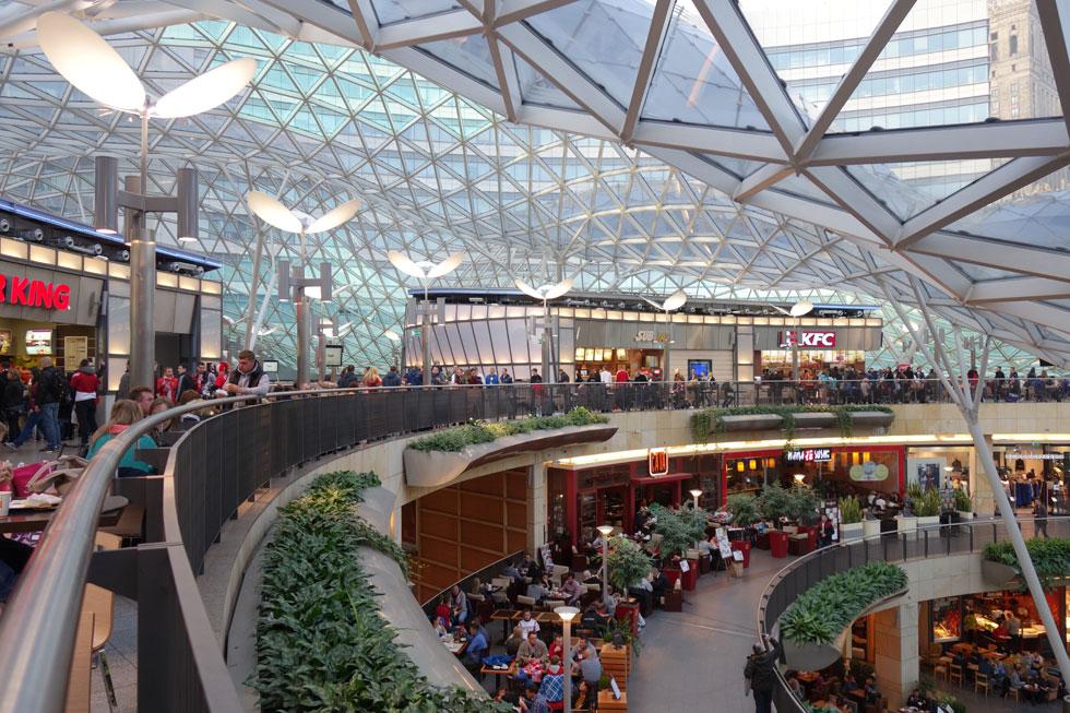 """קניון """"טרסות הזהב"""" המצליח, בתכנונו של האדריכל האמריקאי ג'ון אדמס ג'רדה, נפתח ב-2007. מפלסי המסחר פונים לחלל גדול המתנשא לכל גובה הבניין. התקרה עשויה זכוכית גלית מרהיבה (צילום: מיכאל יעקובסון)"""